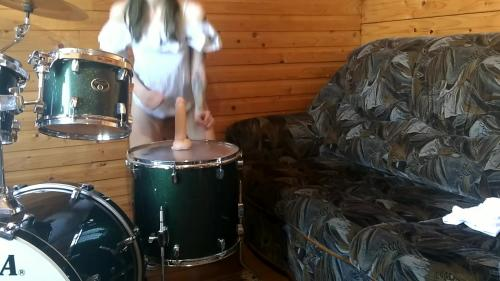 Dildo Riding on DRUMS? Drummer Doesnt know about it ;) Laruna Mave [FullHD 1080P]
